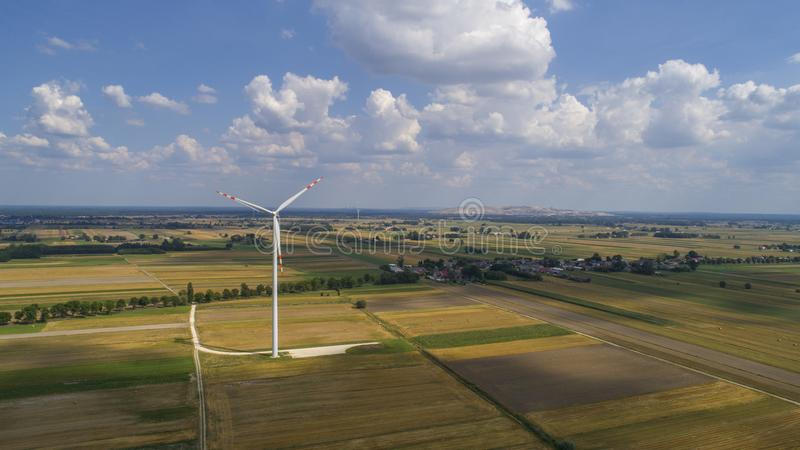 Väderkvarnar i fältet, Polen, 08 2017 flyg- sikt arkivbild