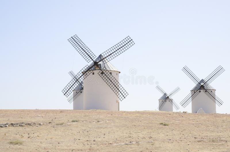 Väderkvarnar i La Mancha arkivfoton