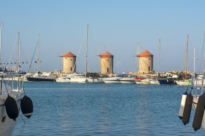 Väderkvarnar i Mandraki härbärgerar, den Rhodes ön, Grekland arkivbilder