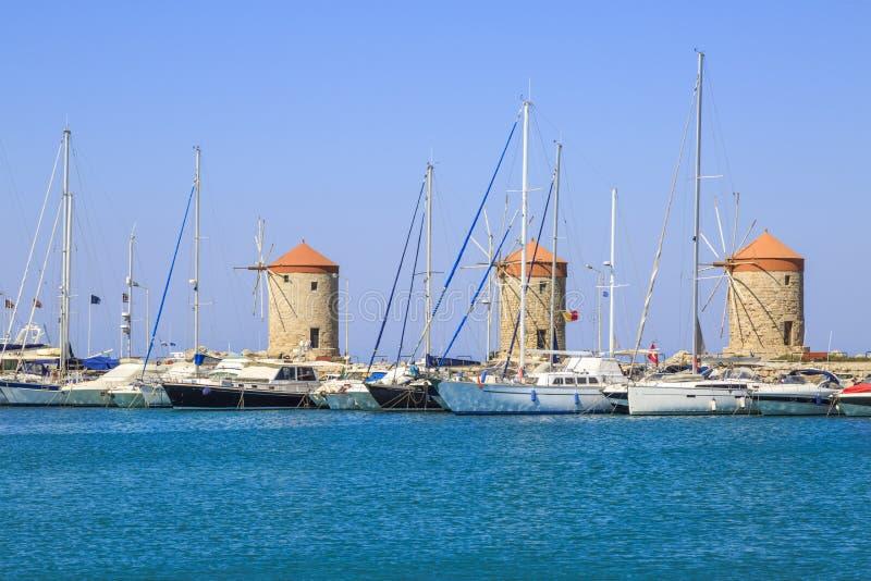 Väderkvarnar i mandraki port i Rhodes, Dodecanese arkivfoto