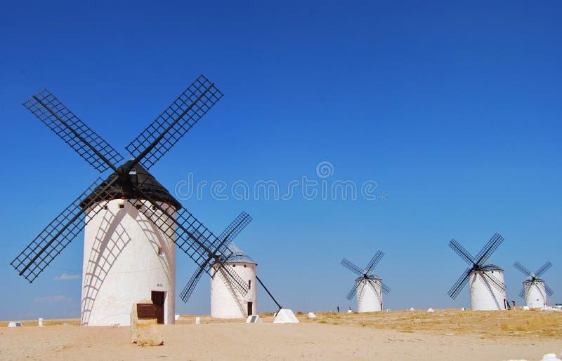 Väderkvarnar med blå himmel i Campo de Criptana, Castilla La Mancha arkivfoto