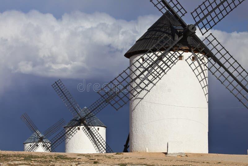 Väderkvarnar och mörker, molnig himmel, Campo de Criptana, Spanien arkivfoton