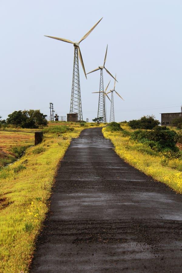 Väderkvarnar och väg, Chalkewadi, Satara, Indien royaltyfri bild