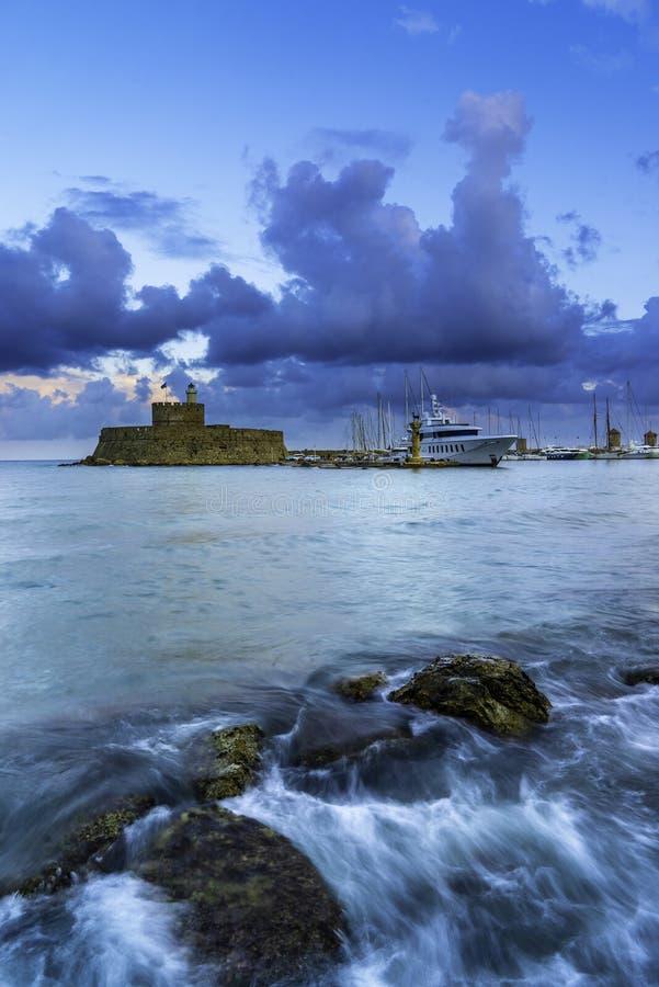 Väderkvarnar på den Mandraki hamnen i den Rhodes ön arkivbilder