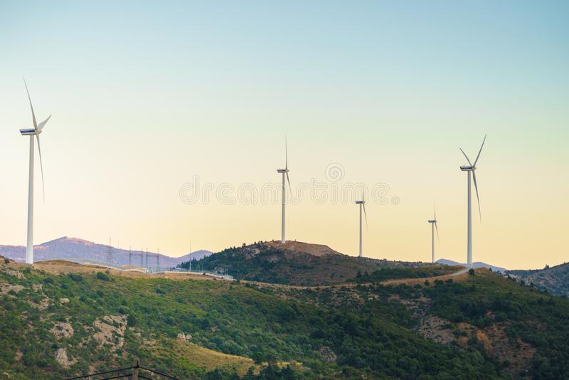 Väderkvarnar på grekiska kullar royaltyfria bilder