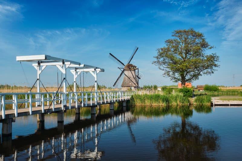 Väderkvarnar på Kinderdijk i Holland Nederländerna arkivbild