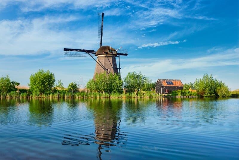 Väderkvarnar på Kinderdijk i Holland Nederländerna royaltyfri foto