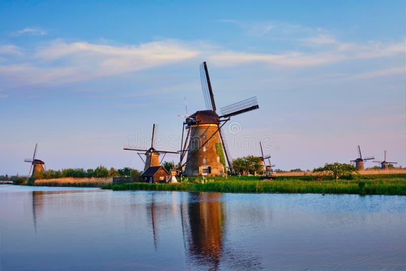 Väderkvarnar på Kinderdijk i Holland Nederländerna royaltyfri fotografi