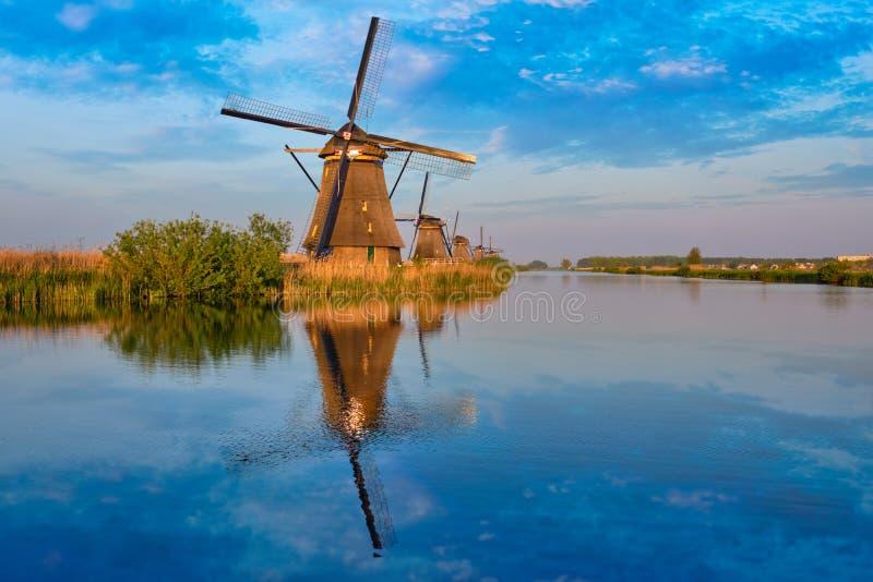 Väderkvarnar på Kinderdijk i Holland Nederländerna arkivfoto