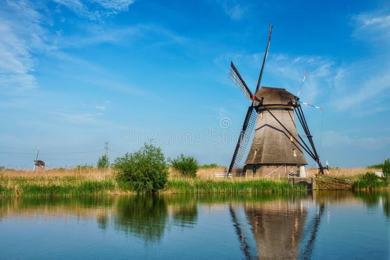 Väderkvarnar på Kinderdijk i Holland Nederländerna royaltyfria bilder