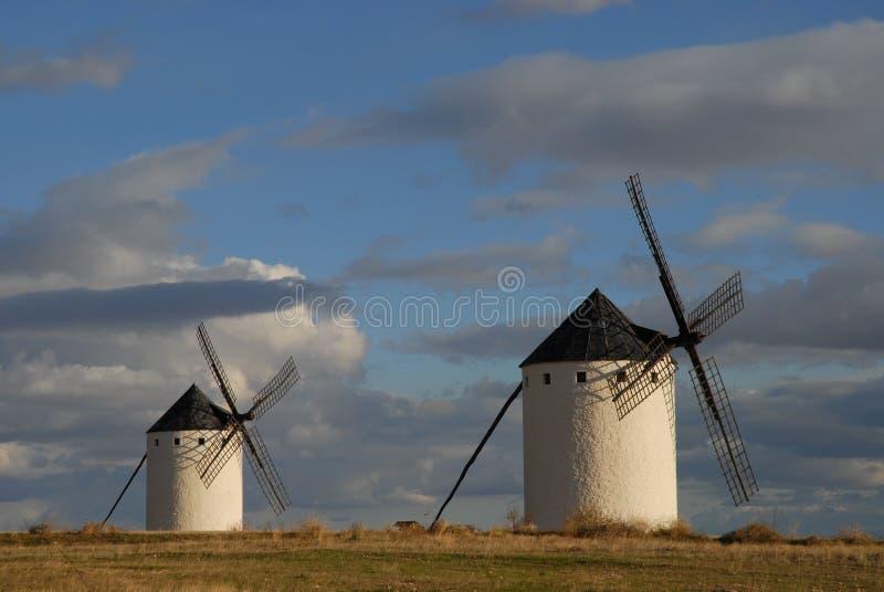 Väderkvarnar på slättarna av La Mancha, Spanien royaltyfria foton