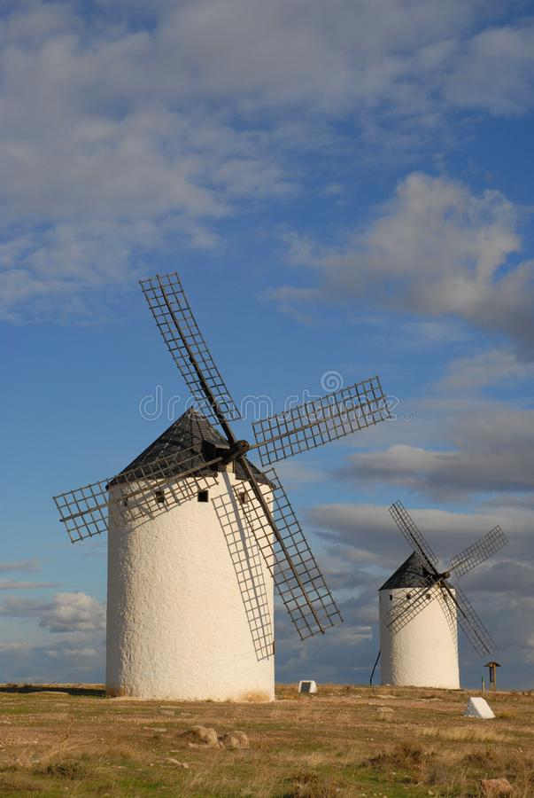 Väderkvarnar på slättarna av La Mancha, Spanien arkivbilder