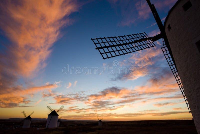 väderkvarnar på solnedgången, Campo de Criptana, Castile-La Mancha, Spanien arkivbilder