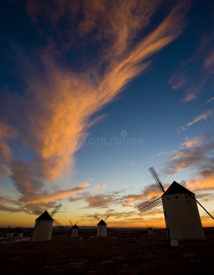 väderkvarnar på solnedgången, Campo de Criptana, Castile-La Mancha, Spanien royaltyfri bild