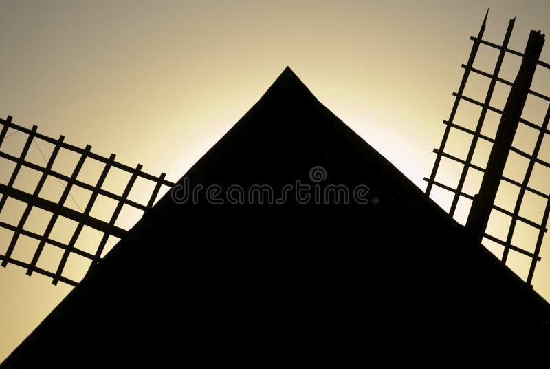 Väderkvarnar vindenergi, Nattlig Campo de Criptana, Ciudad Real royaltyfria foton