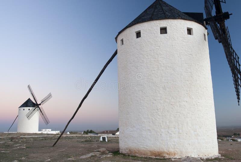 Väderkvarnar vindenergi, Nattlig Campo de Criptana, Ciudad Real arkivfoton