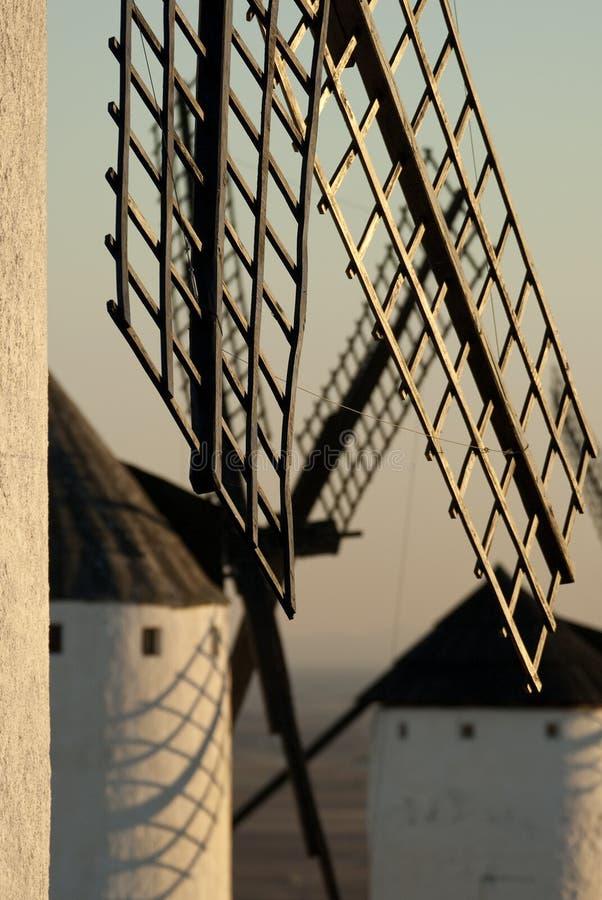 Väderkvarnar vindenergi, Nattlig Campo de Criptana, Ciudad Real royaltyfri bild