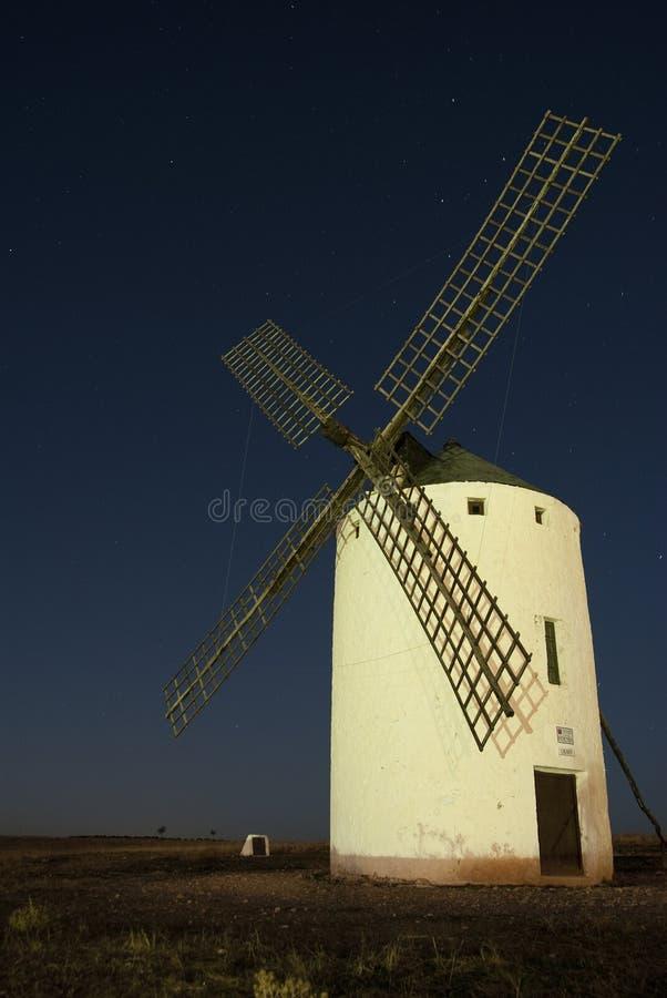 Väderkvarnar vindenergi, Nattlig Campo de Criptana, Ciudad Real arkivbilder