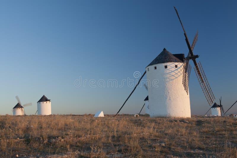 Väderkvarnar vindenergi, Nattlig Campo de Criptana, Ciudad Real fotografering för bildbyråer