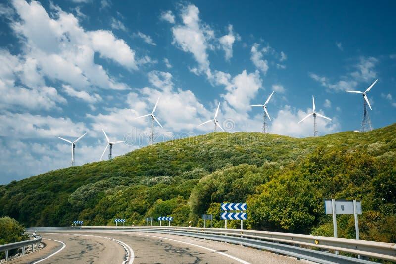 Väderkvarnar vindturbiner för elkraftproduktion royaltyfria foton