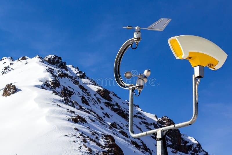 Väderstation i berg arkivbild