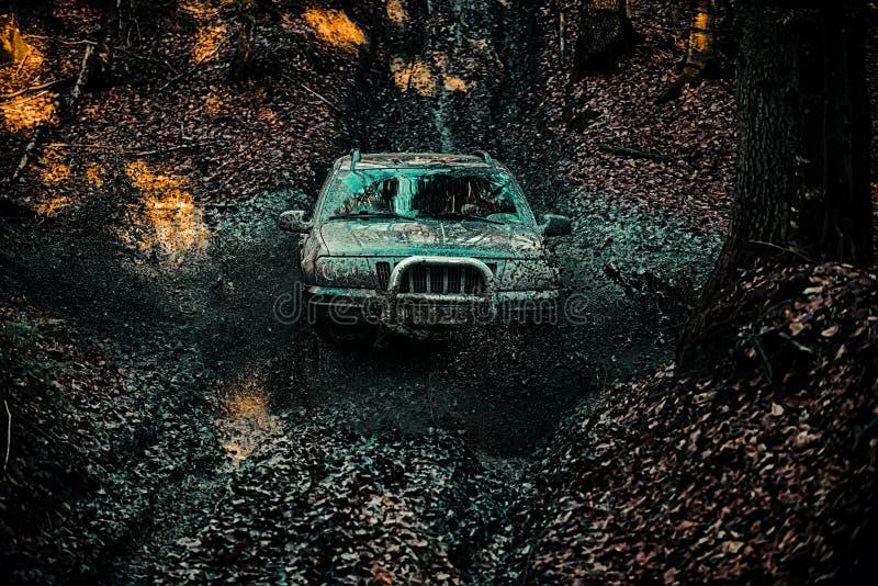 Vägäventyr Adventure-resor Motorfordon som kommer ut ur en risk för slamhål 4 x 4 reserekittering Mud och vatten arkivbilder