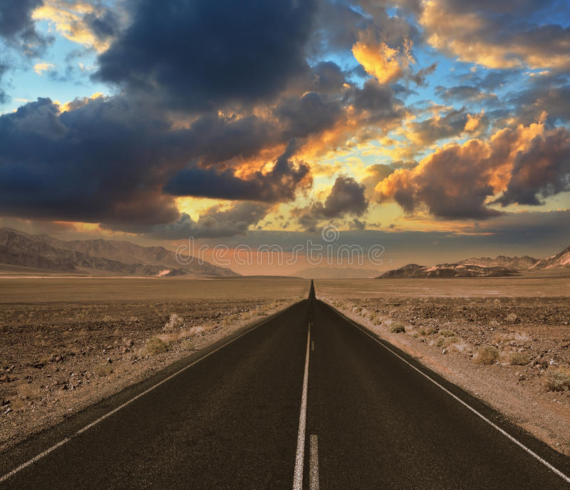 Vägöknen Death Valley Solnedgång arkivbild