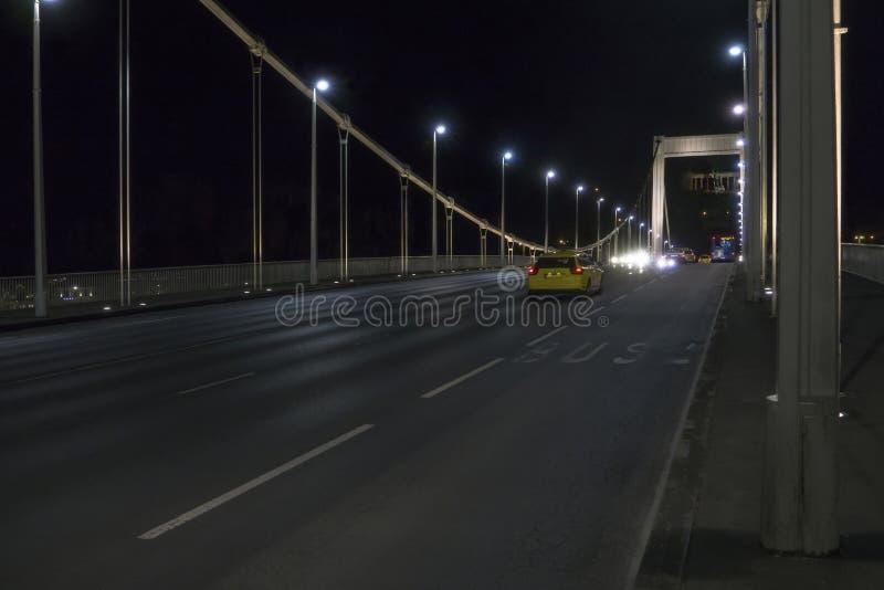Väg över bron Elisabeth Bridge Erzsebet på Danube River budapest hungary royaltyfri foto
