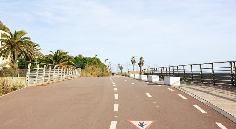 Väg över bron över Rieraen de Canyars i Gavà ¡, arkivfoto