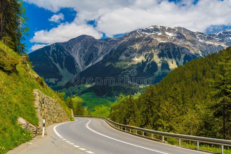 Väg bland fjällängberg, Klosters-Serneus, Davos, Graubuenden arkivbilder