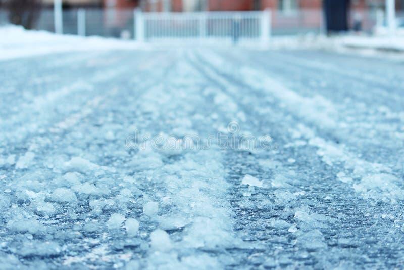 väg efter blidväder och frost som täckas med iskall hal is royaltyfri bild