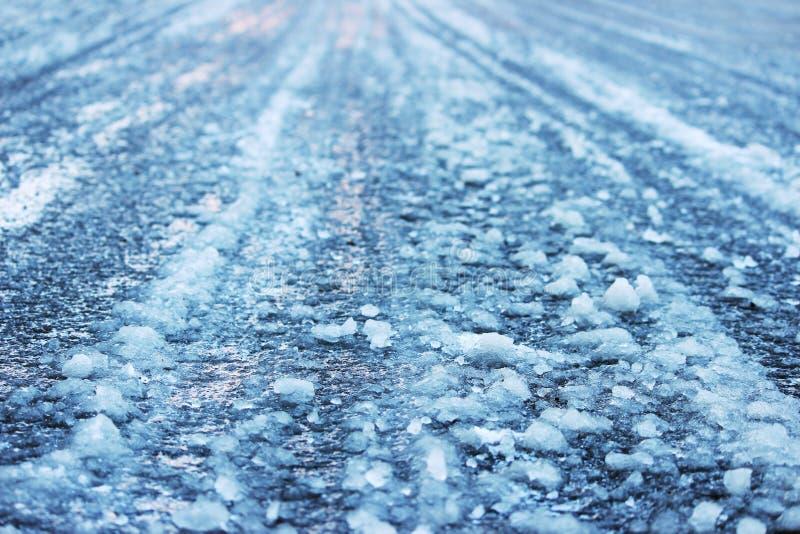 väg efter blidväder och frost som täckas med iskall hal is fotografering för bildbyråer