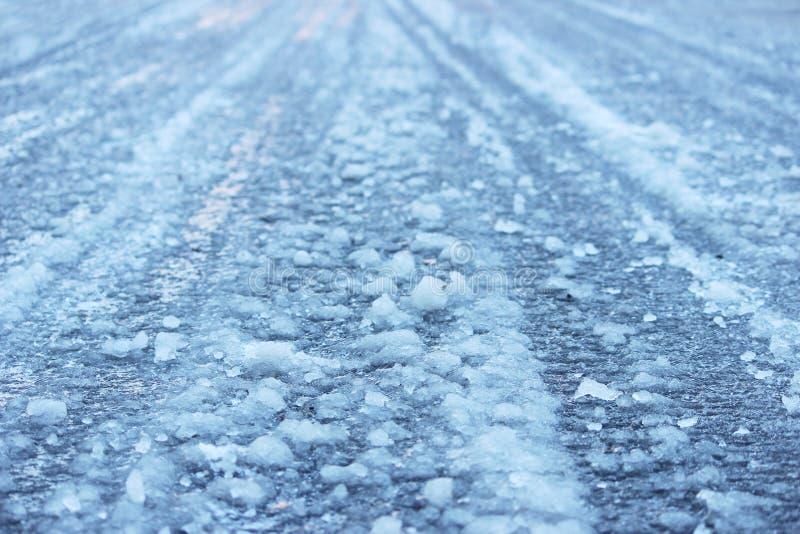 väg efter blidväder och frost som täckas med iskall hal is arkivfoton