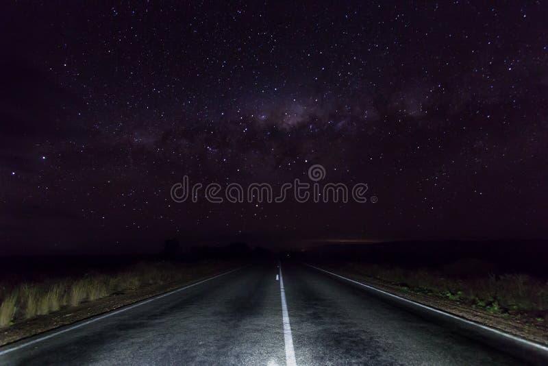 Väg för öppet land i Clare Valley, södra Australien med stjärnor royaltyfria bilder