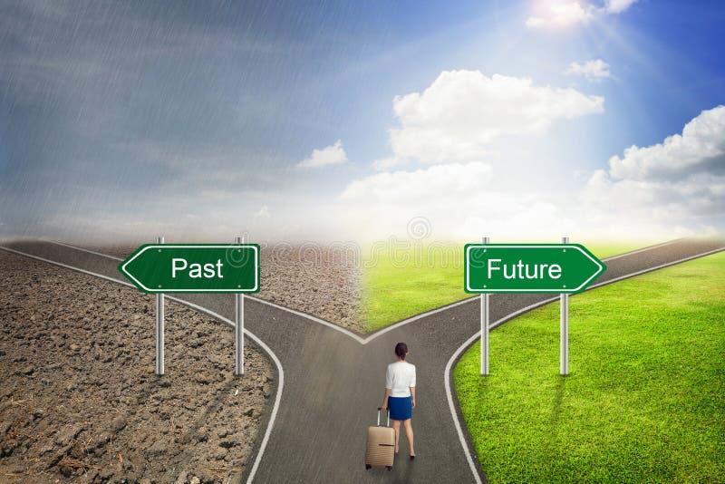 Väg för begrepp för affärsman förgången eller framtida, till den korrekta vägen arkivfoto