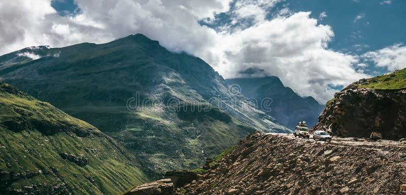 Väg för bergpasserande i indiern Himalaya efter regnsäsong arkivfoton