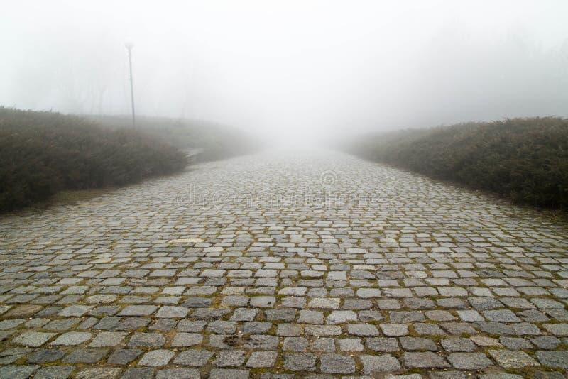Väg för förberedande sten med dimma arkivfoton
