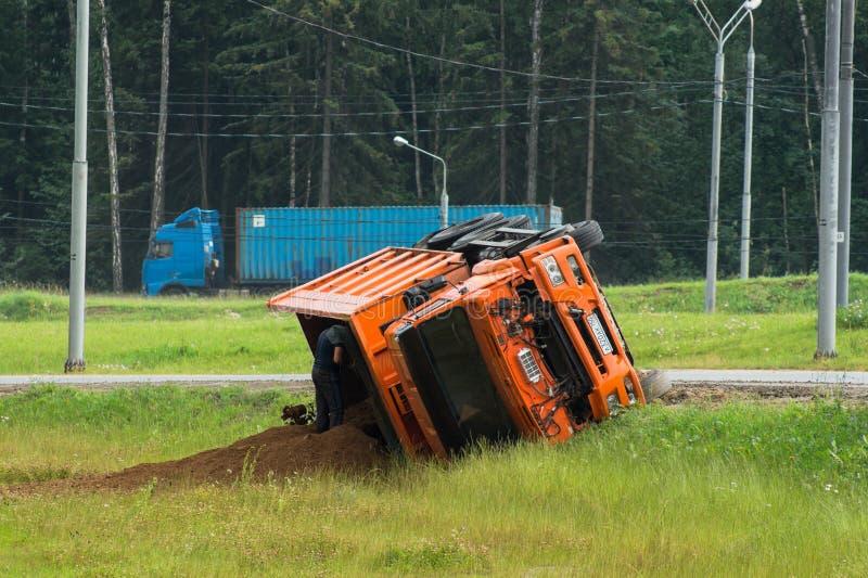 väg för motorway för olycksbilkrasch En lastbil som laddades med sand, valt in i vägrenen arkivfoto