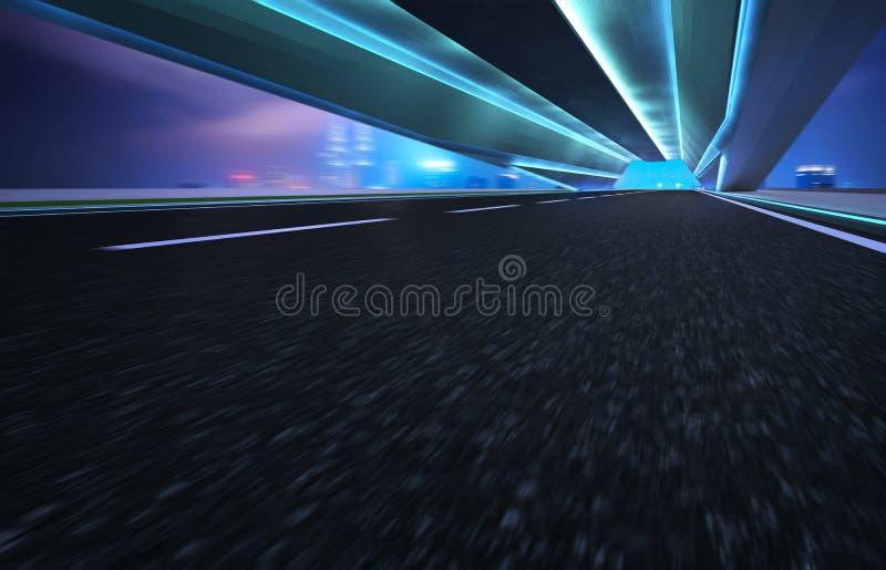 Väg för tunnel för asfalt för flyttning för abstrakt effekt för rörelsesuddighet snabb framåt royaltyfri foto