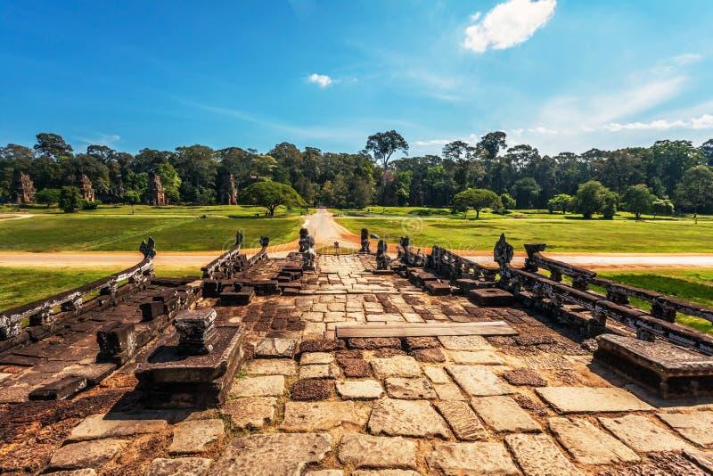 Väg från det forntida buddistiska khmertempelet royaltyfria foton