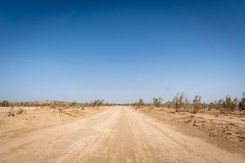 Väg i ökenlandskap nära Yazd i Iran arkivbilder