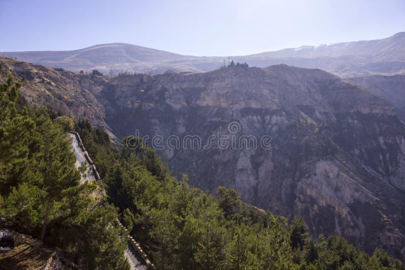 Väg in i bergmist ovanför den Lebanons Qadisha dalen Landskap av Libanon arkivbilder