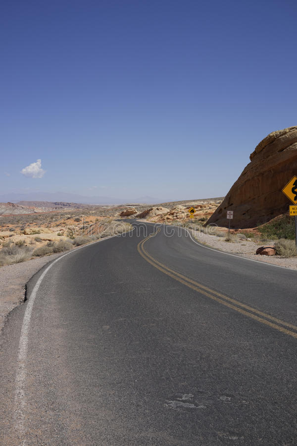 Väg i dalen av brand (Nevada, USA) royaltyfria bilder