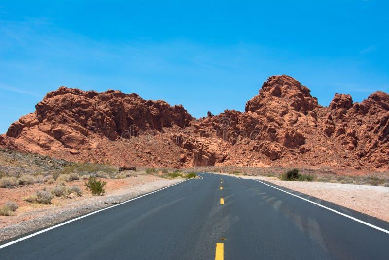 Väg i dalen av branddelstatsparken Nevada, USA royaltyfri fotografi