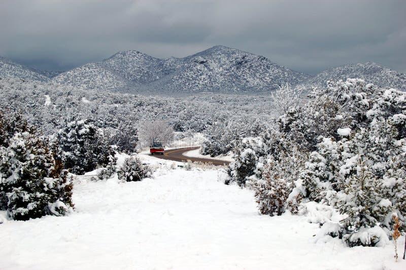 Väg i de snöig träna