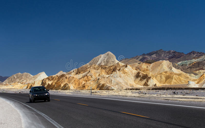 Väg i Death Valley royaltyfria bilder