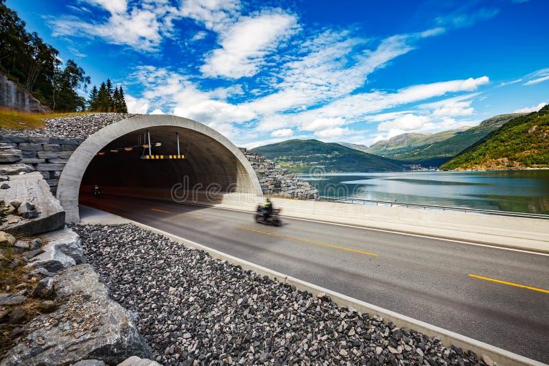 Väg i den Norge cyklisten som springer på spåret i tunnelen royaltyfria bilder
