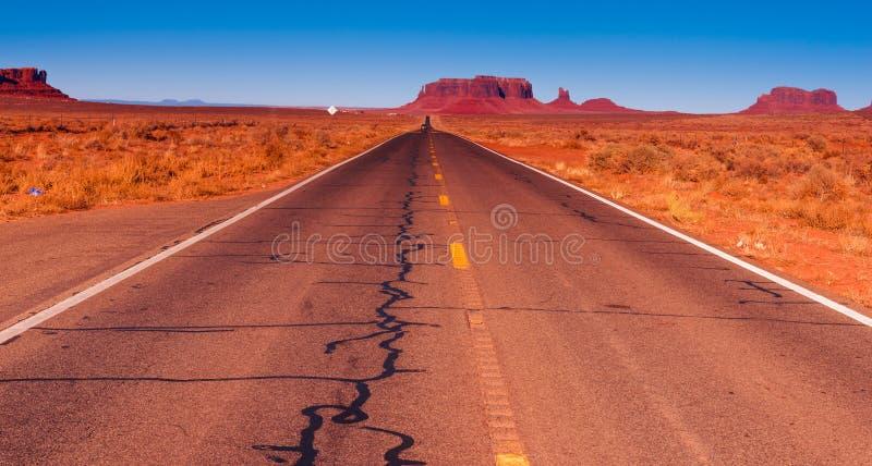 Väg i den Utah öknen med bergplatår, buttes eller mesas royaltyfria foton