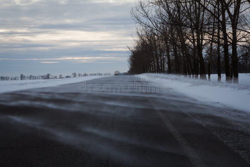Väg i en snöhäftig snöstorm i dagen arkivbild
