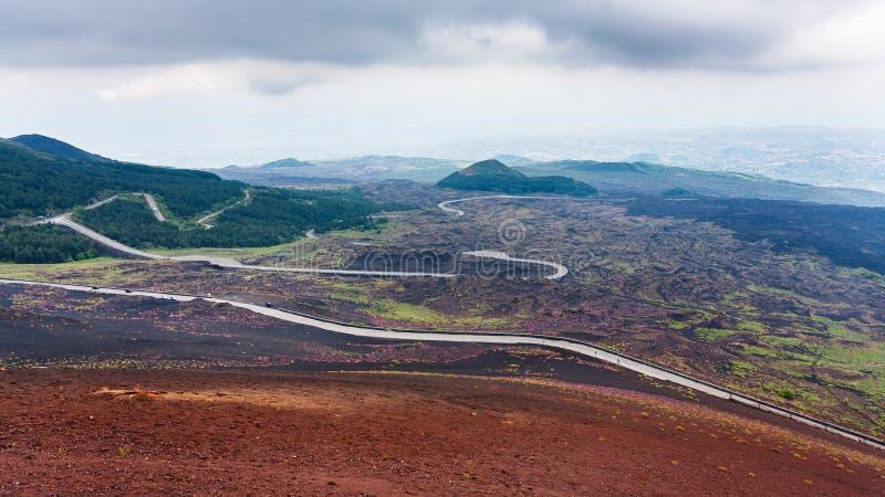 Väg i härdade lavafält på Mount Etna royaltyfri bild